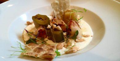 Calamares con ajo blanco, puerros asados y pan de maíz