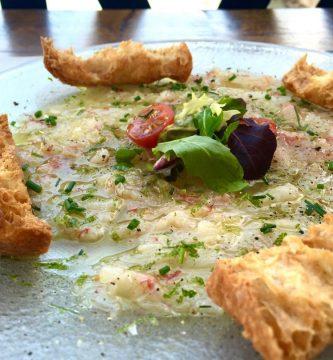 Carpaccio de gamba con cebollino y aceite de oliva - Muva Beach Restaurant